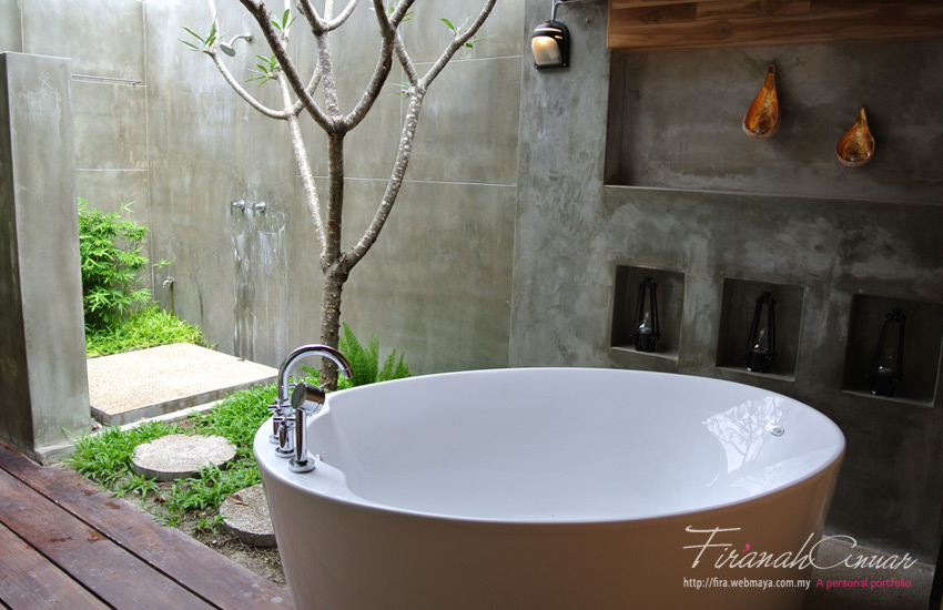 What else do you need really? Outdoor shower and bath tub with candles on the side ready to be lit up. Nuff said.