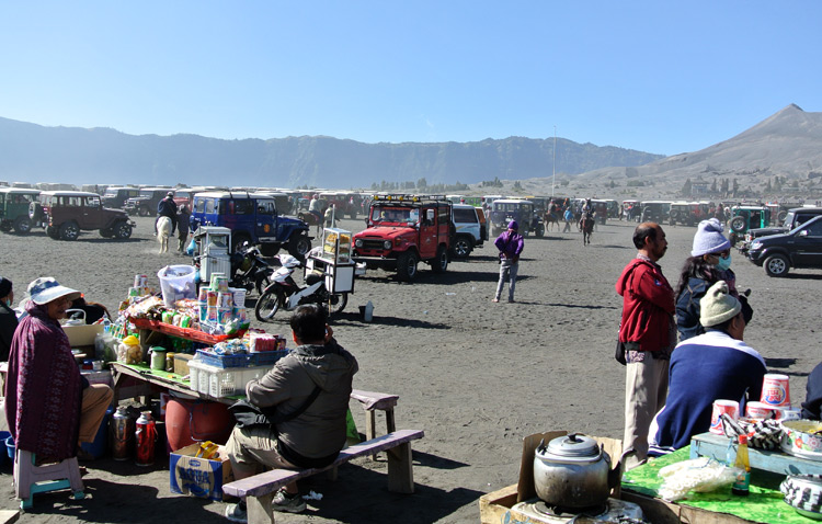 Next, off to see the Bromo crater. Scenario at the foothill.
