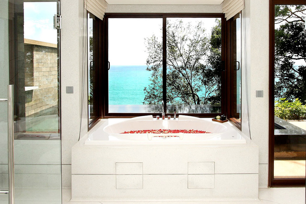 The spacious bathtub with a view